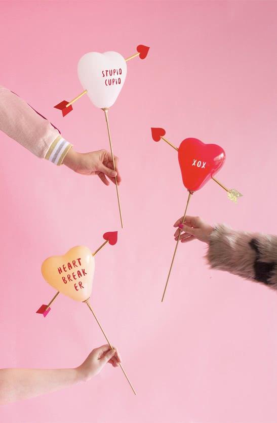 Coração flechado para demonstrar muito amor para quem você entregar estes lindos balões.
