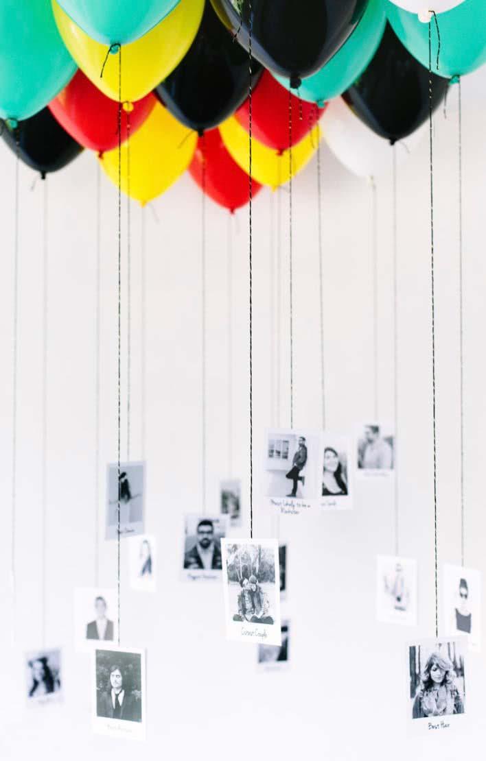 Fotografias penduradas em balões fixados no teto: muitas lembranças e recordações