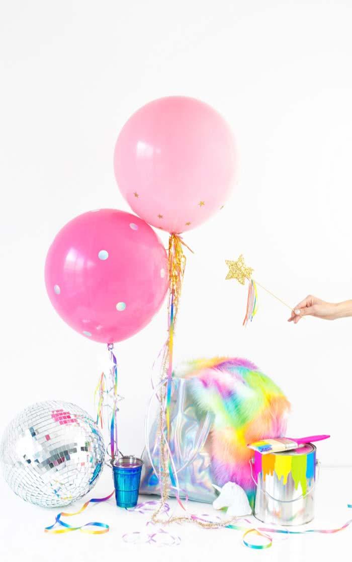 Use adesivos nos balões para trazer mais charme a decoração.