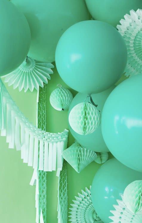 Monocromáticos: incrível decoração com balões estilizados dessa forma