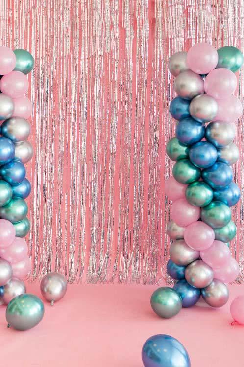 Monocromáticos: incrível decoração com balões estilizados dessa forma.