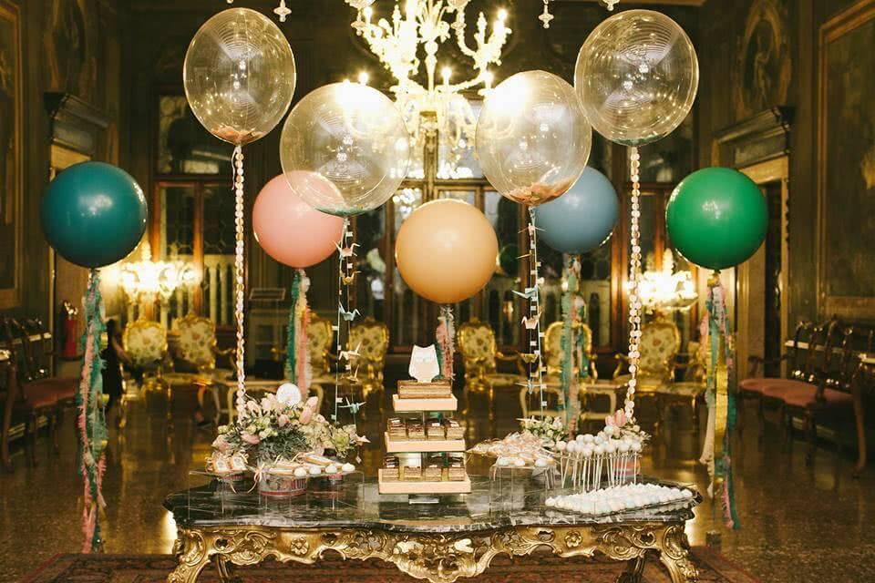 Festa sofisticada com pequenos balões