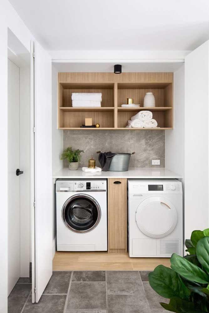 Área de serviço pequena com espaço para a máquina de lavar e secar