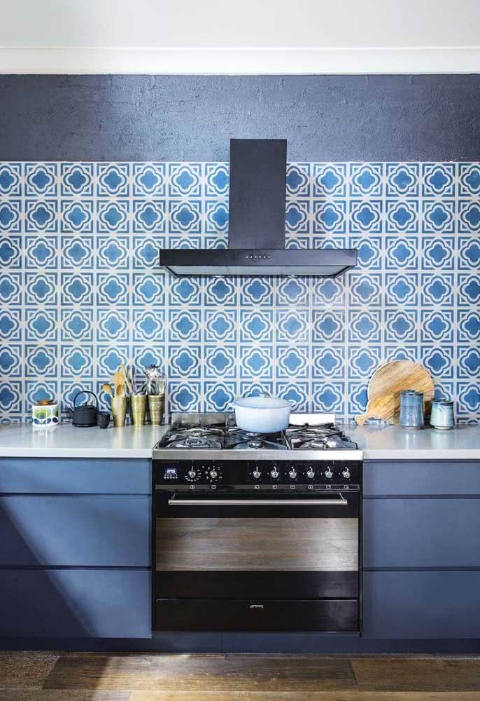Cozinha azul: revestimentos formam um belo trabalho na parede.