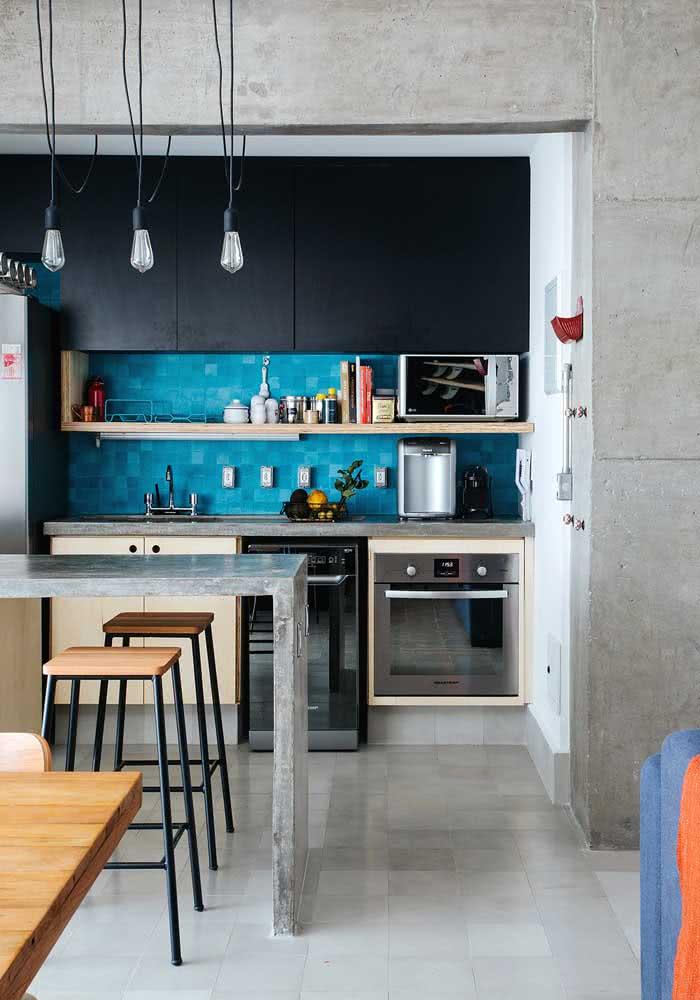 Cozinha azul com estilo industrial com armário azul.