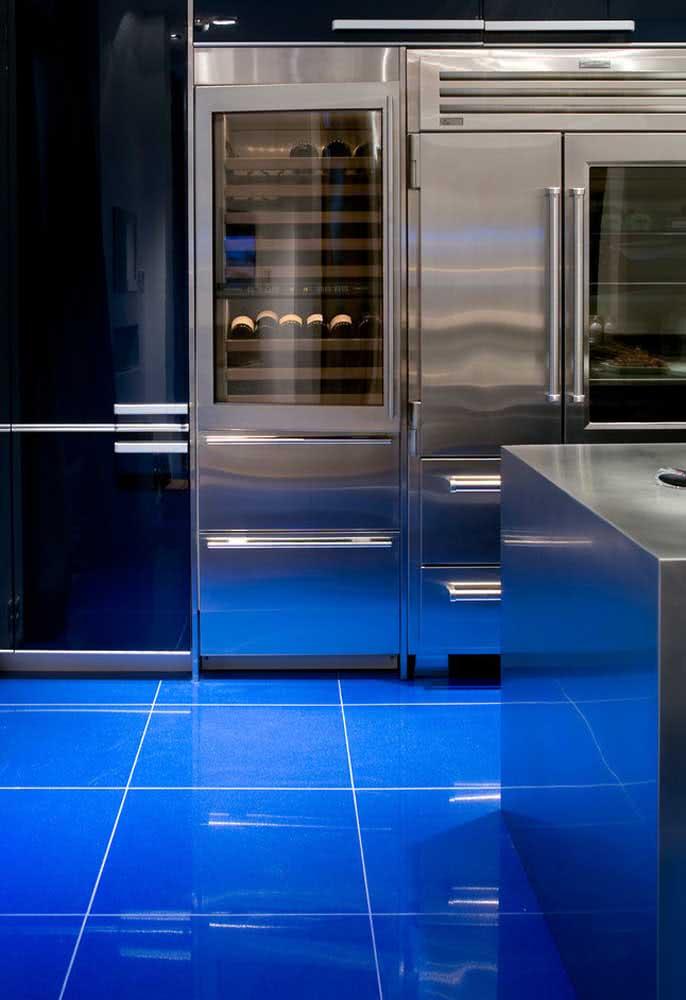 Contrastando cores e materiais na cozinha azul.