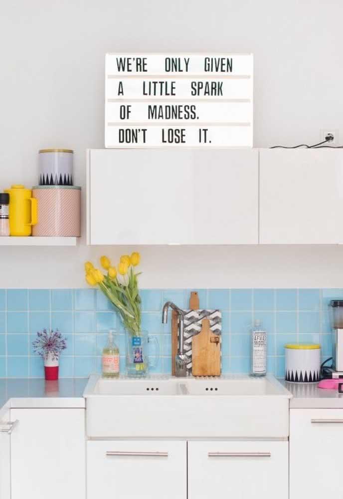 Deixe sua cozinha azul alegre com o uso de cores.