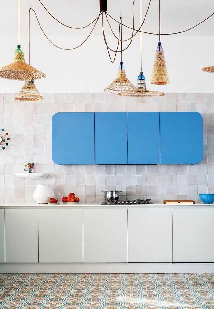 Tire um pouco da sobriedade da cozinha azul com um armário suspenso em azul.