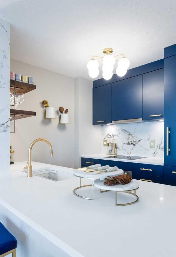 Projeto de cozinha com armários azuis.