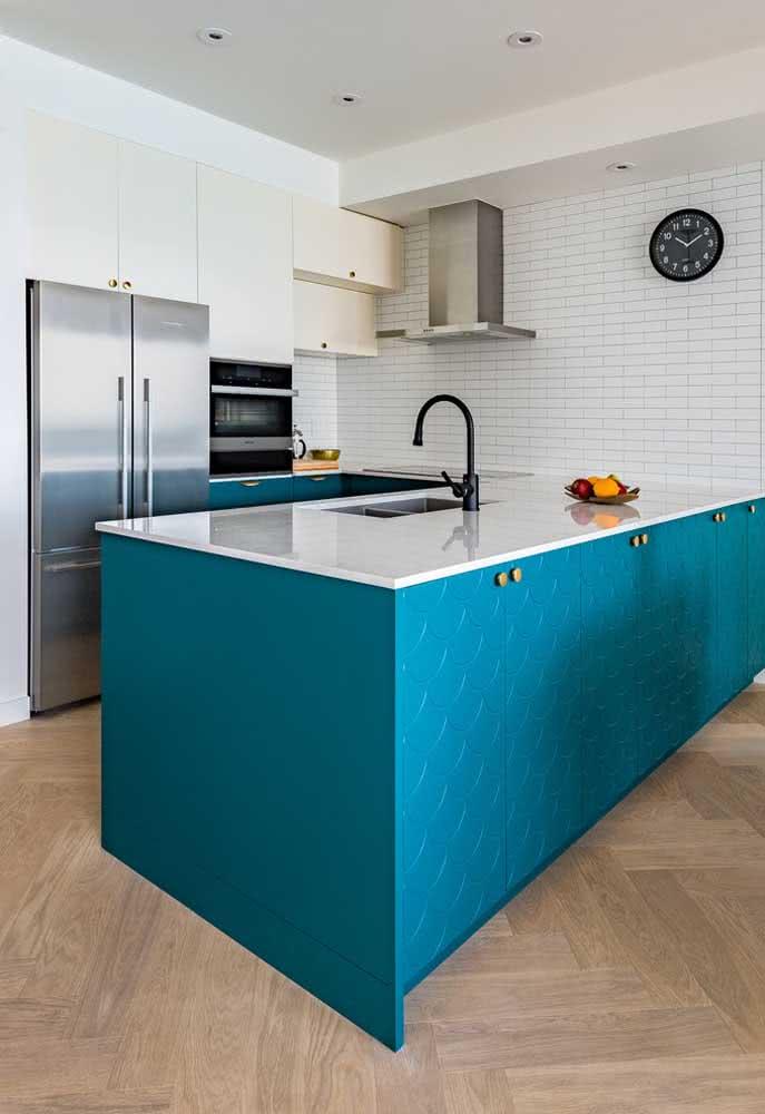Ilha central com a cor azul em uma cozinha branca.