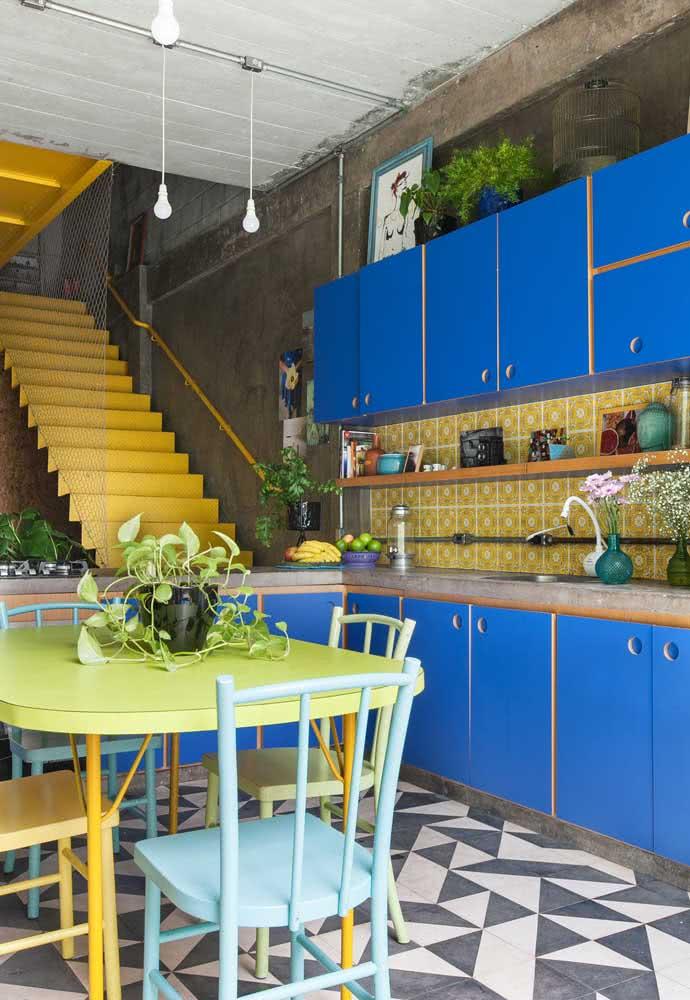 Cozinha azul: outra proposta que combina o azul navy nos armários e metais dourados.