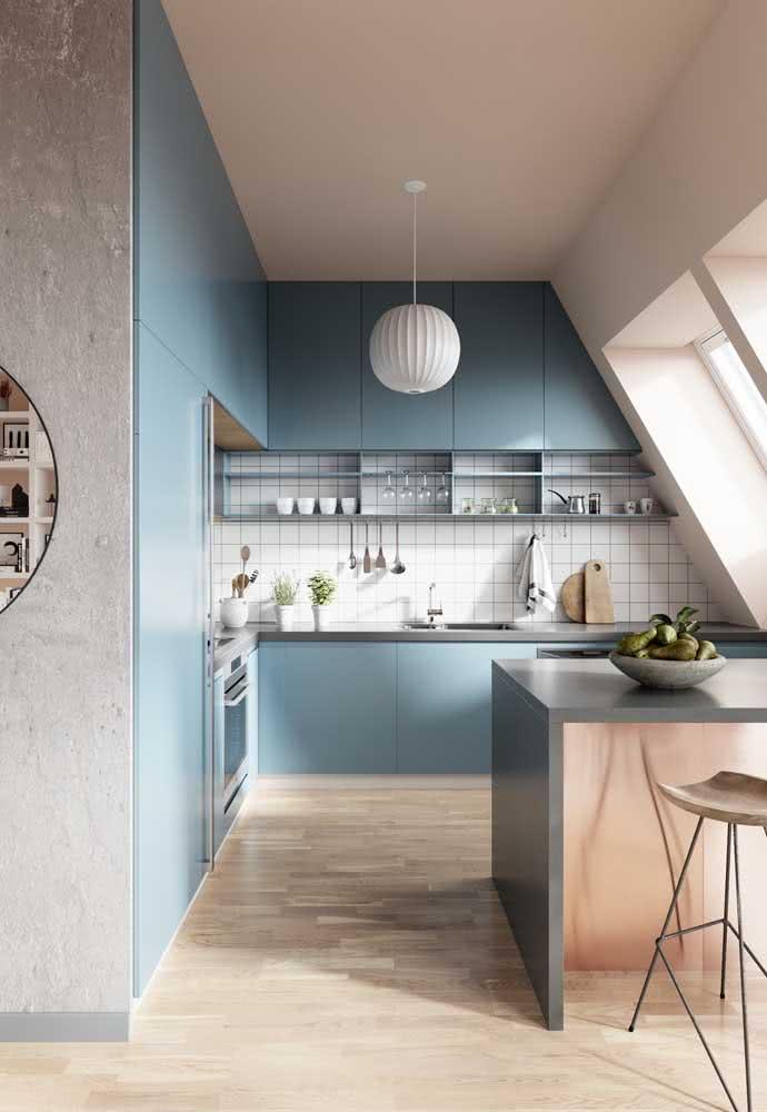 Um azul em uma cozinha clássica americana.