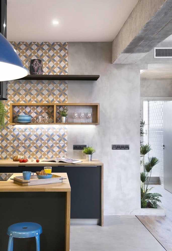 Para tirar a seriedade da cozinha opte por revestimentos de parede inspiradores