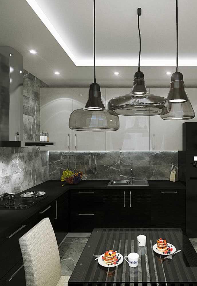 Os pendentes suspensos levam um charme a mais a essa cozinha