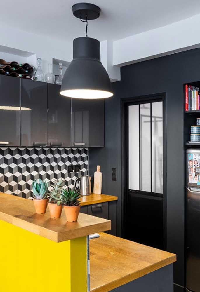 Faça uma combinação com tons quentes, como amarelo e laranja, para reforçar o estilo da cozinha