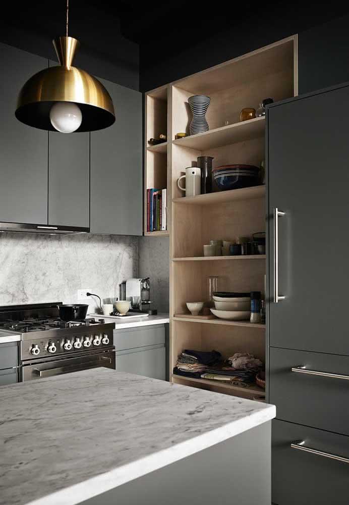 O puxador comprido na cor preta deu um acabamento mais elegante aos móveis da cozinha