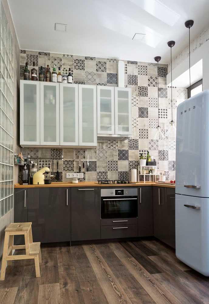 A cozinha com azulejos deixa praticidade na limpeza e com a parede em mais evidência
