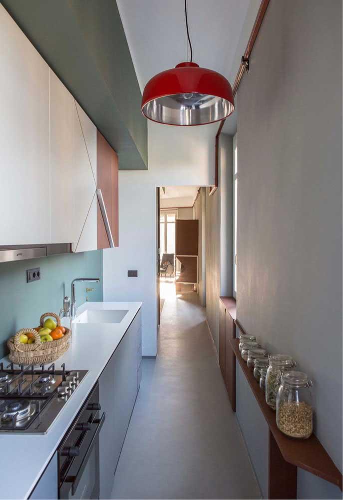 Cozinha cinza estreita muita personalidade e modernidade