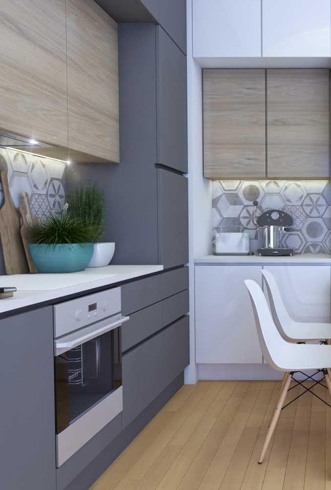 Cozinha com armários cinza e bancada branca