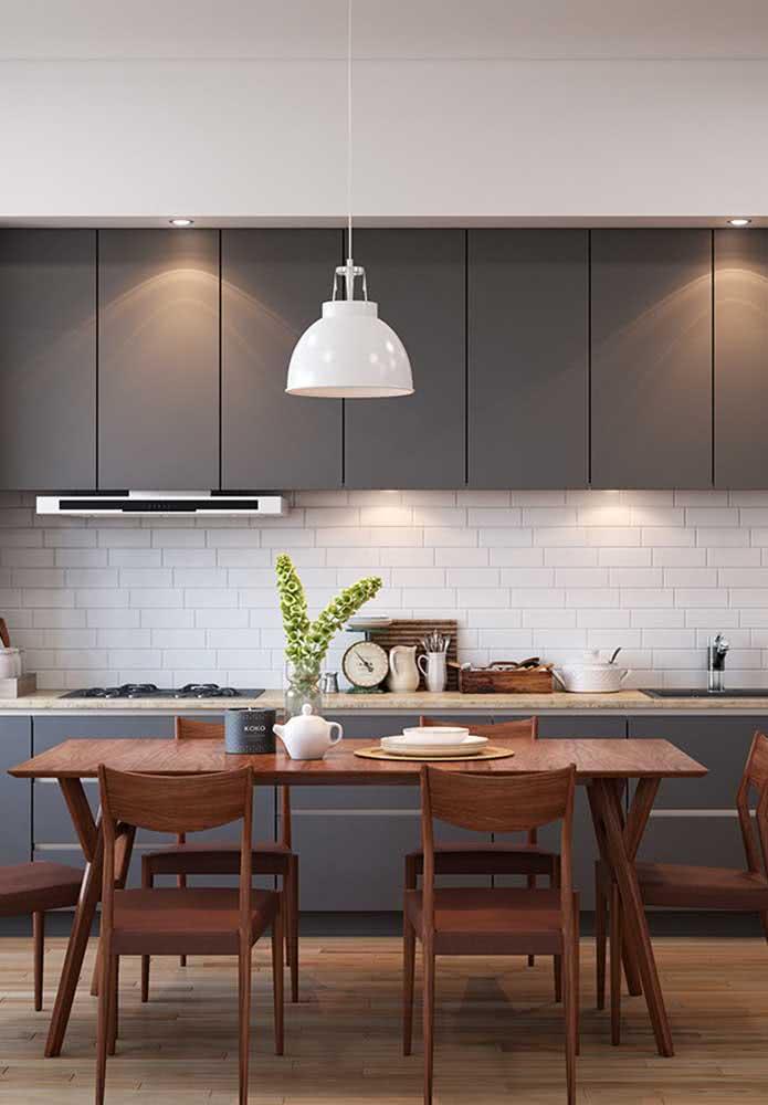 Cozinha com armários na cor cinza e azulejos subway tiles como revestimento na cor branca