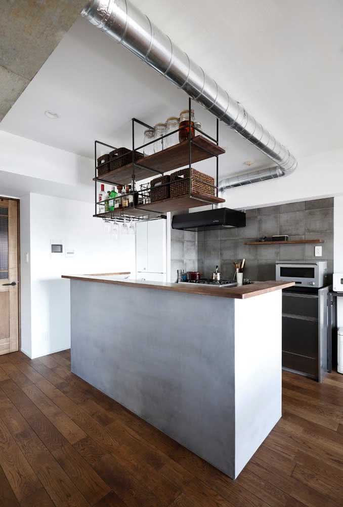 Cozinha americana com balcão com a predominância do cinza no revestimento da parede