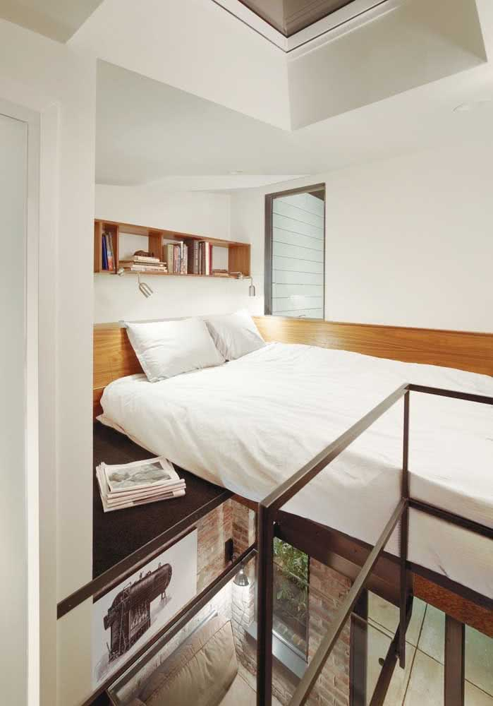 Mezanino com cama de casal.