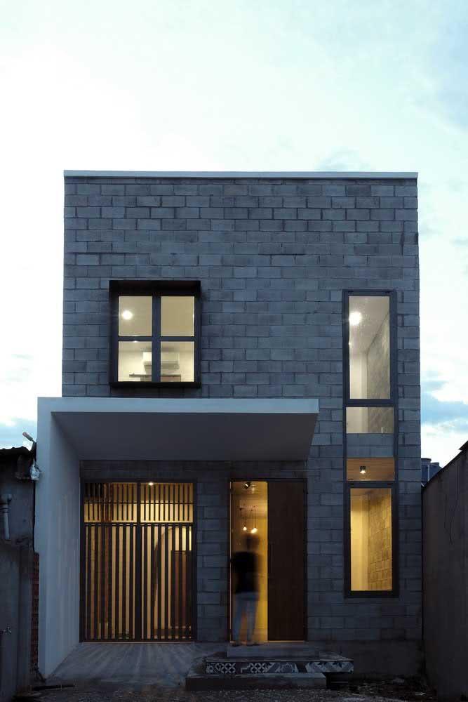 Casa pequena com revestimento de blocos de tijolos.