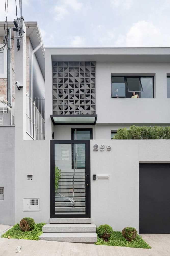 Nesta casa, os elementos vazados no canto superior esquerdo ajudam na ventilação dos ambientes internos.