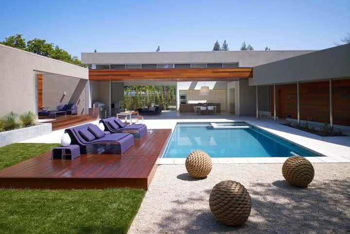 Casa moderna com piscina de fibra.