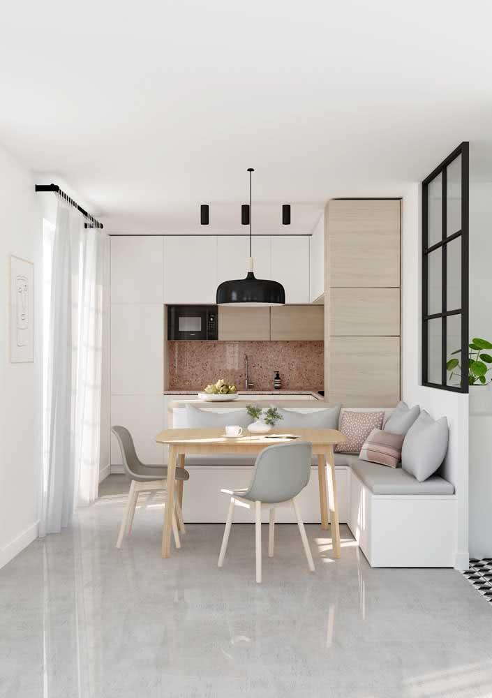 Cozinha clean e branca com projeto simples para o espaço que conta ainda com um canto alemão