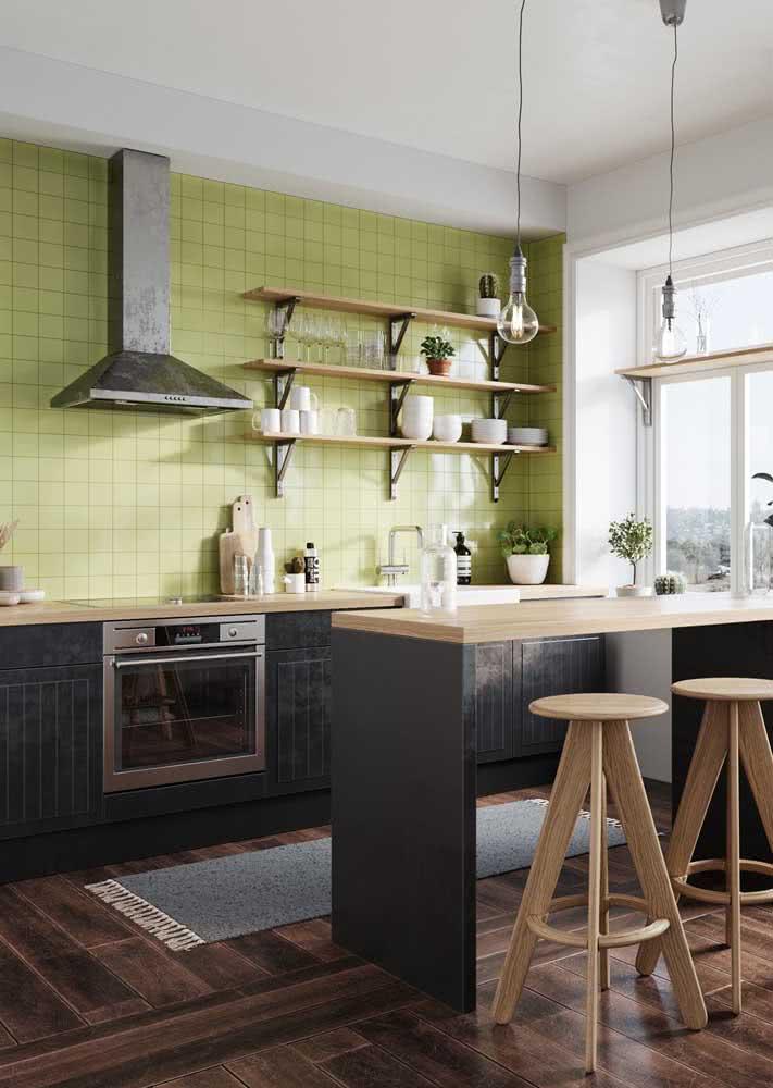 Prateleiras simples e abertas para armazenar copos, taças e pratos.