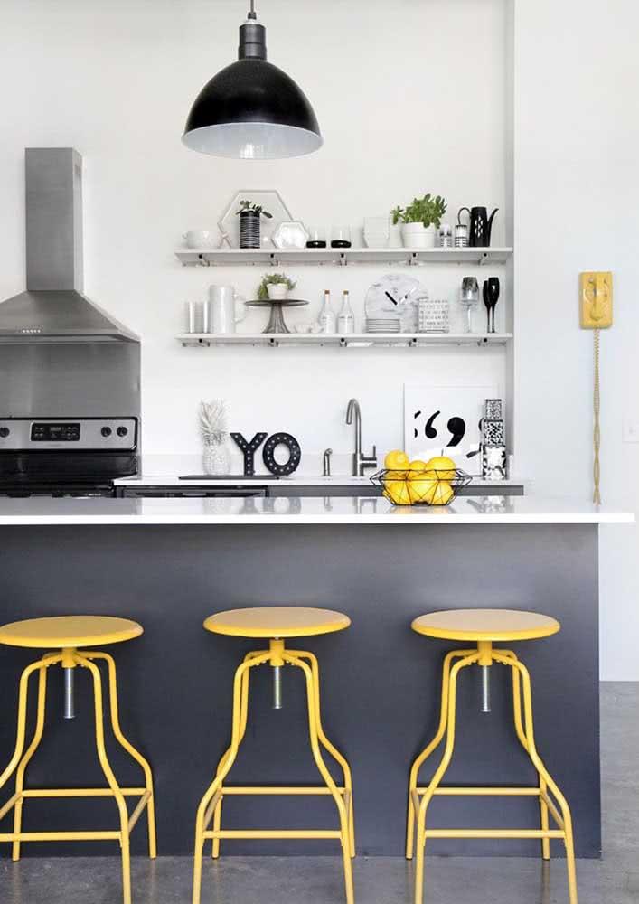 Escolha uma cor de destaque para a sua cozinha: este projeto utiliza o preto e branco como base e o amarelo para alguns objetos pontuais.