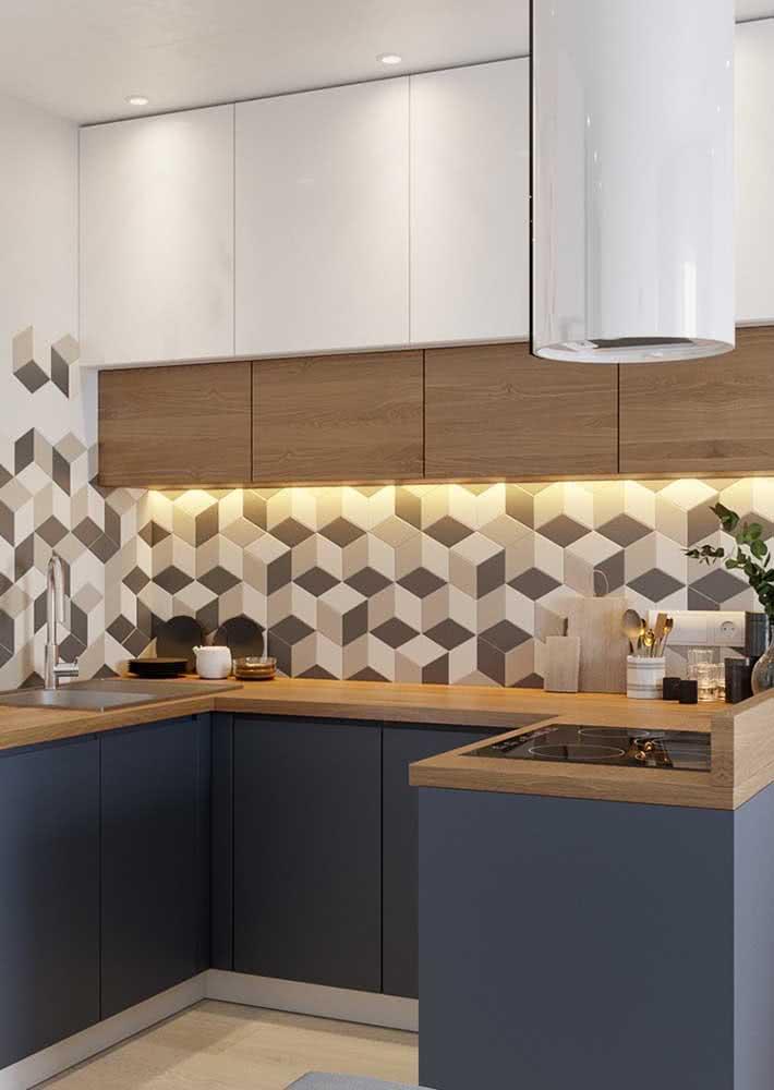 Muita elegância com bancada de madeira e estampa geométrica na parede