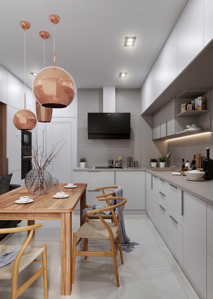 Cozinha aconchegante para ter as refeições próximo das pessoas queridas. Além disso, uma TV para acompanhar.
