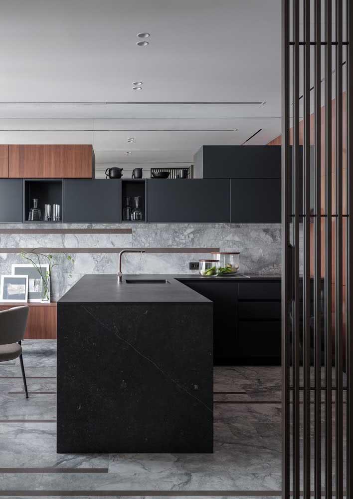 Cozinha planejada ampla e moderna com tons de preto e madeira.