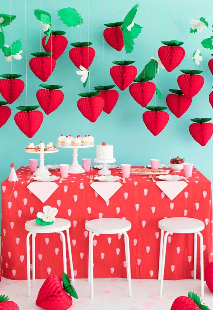 """O que acha de usar o tema """"morango"""" para fazer uma festa infantil? Além de ser uma decoração simples, o resultado é surpreendente."""