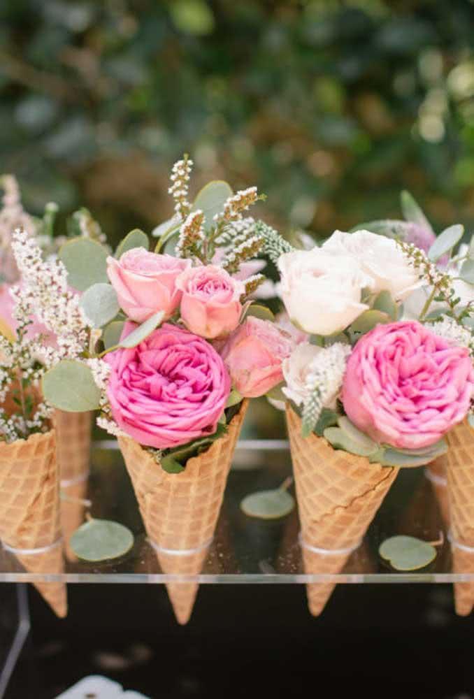 Olha que decoração simples e criativa: fazer um arranjo de flores para colocar dentro de um cone de sorvete.