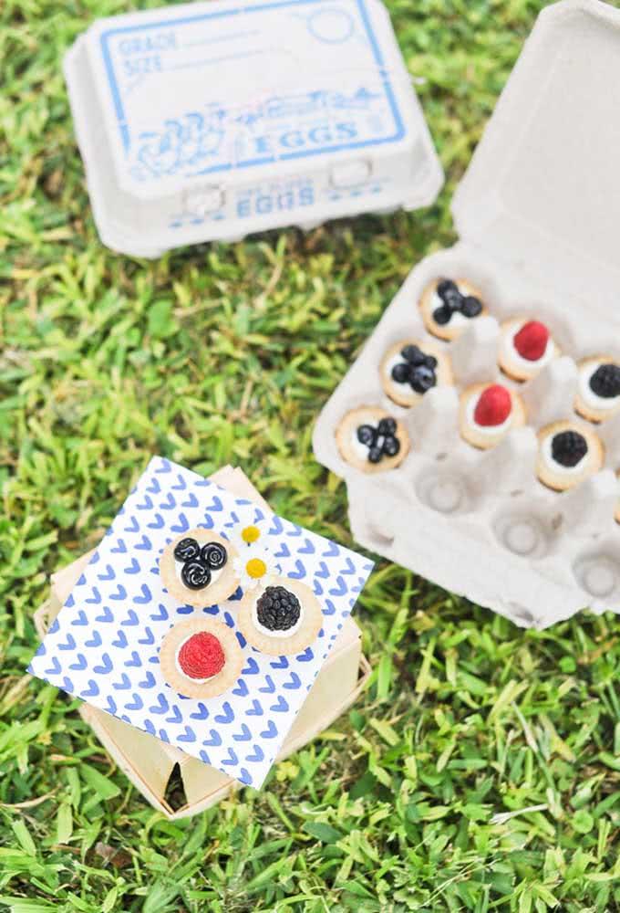 Você pode usar as caixinhas de ovos vazias para organizar os doces da festa.