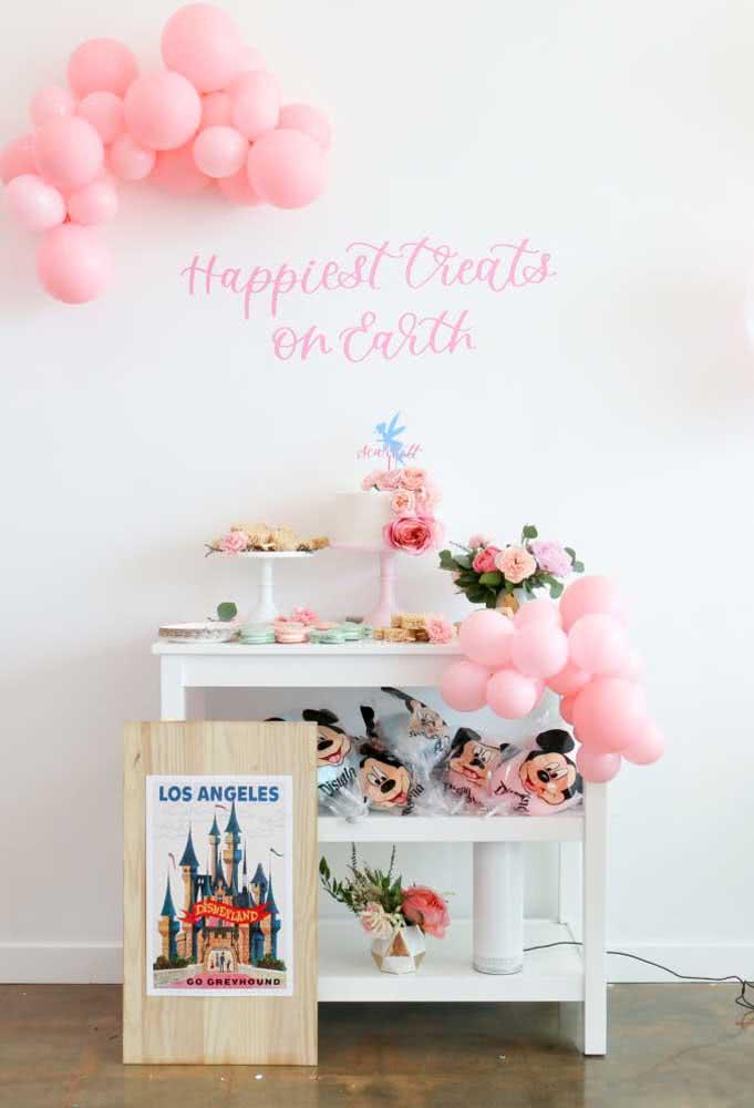 Os balões nunca saem de moda, pois basta fazer alguns arranjos e enfeitar a parede e a mesa.