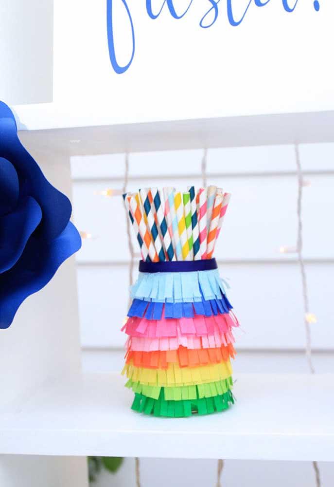 O artesanato de papel também é uma ótima opção de decoração. Além de ser barato, pode ser algo bem criativo, principalmente, se for muito colorido.