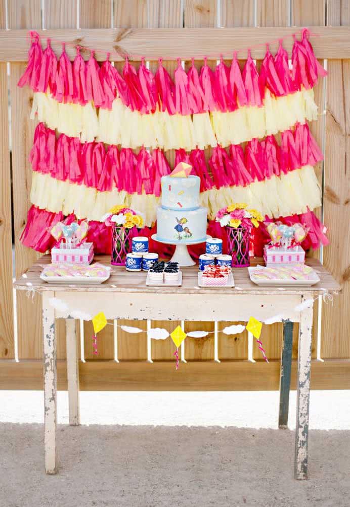 Se a intenção é deixar o cenário da festa mais rústico, aproveite uma mesa de madeira antiga para colocar o bolo e as guloseimas.