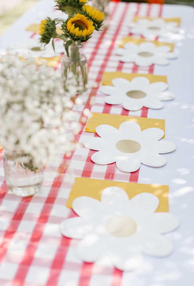 Os enfeites da mesa podem ser feitos com papel, basta usar o formato do desenho que você deseja.