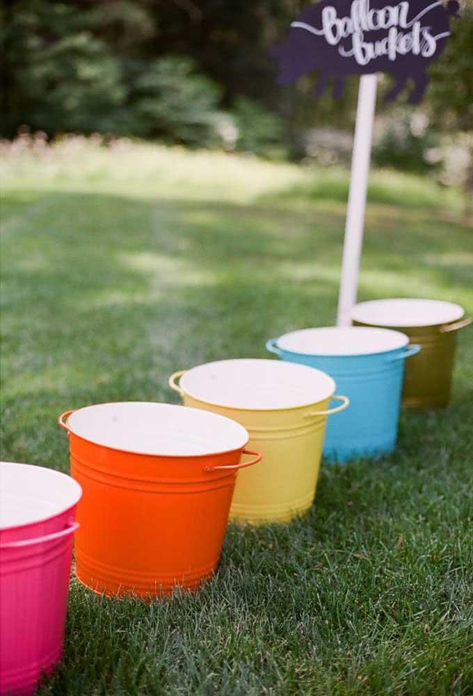 Em uma festa simples, vale apostar nos mais diferentes objetos para decorar o evento.