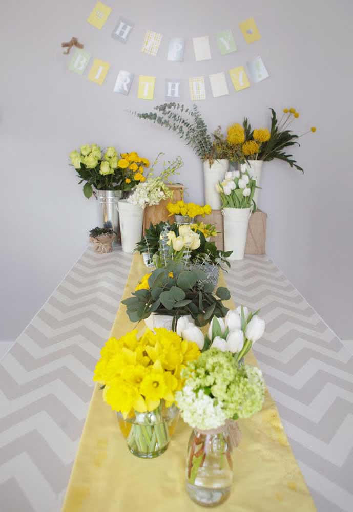 Flores sempre são bem-vindas, então aproveite para fazer vários arranjos para decorar a mesa da festa.