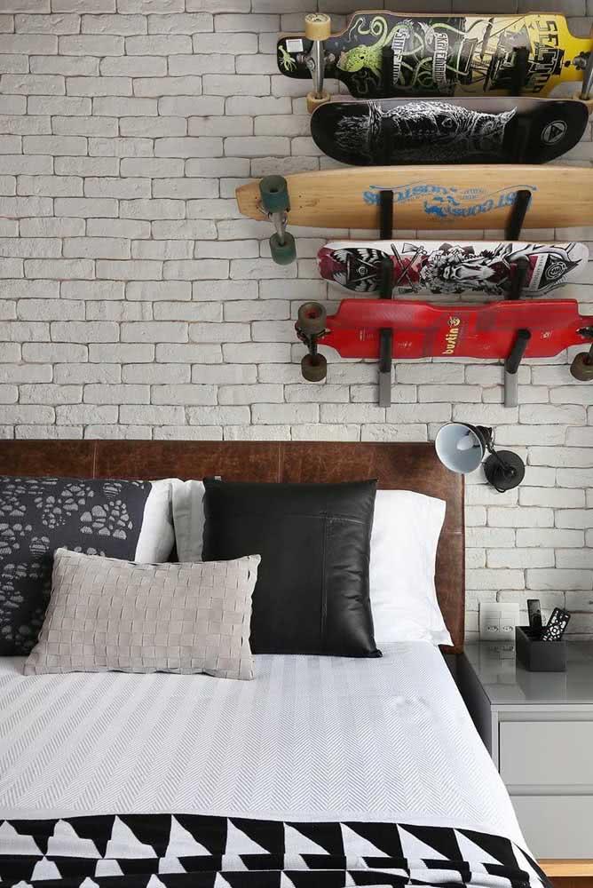 Cama arrumada em preto e branco para o quarto moderno e jovial