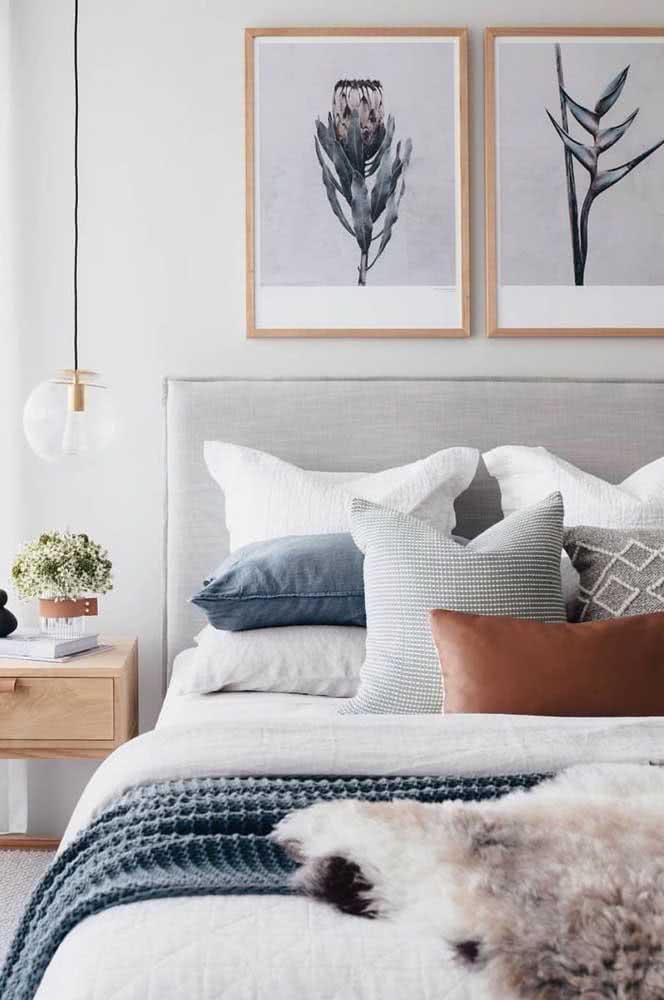 A mesma paleta de cores usada na decoração também é usada na roupa de cama
