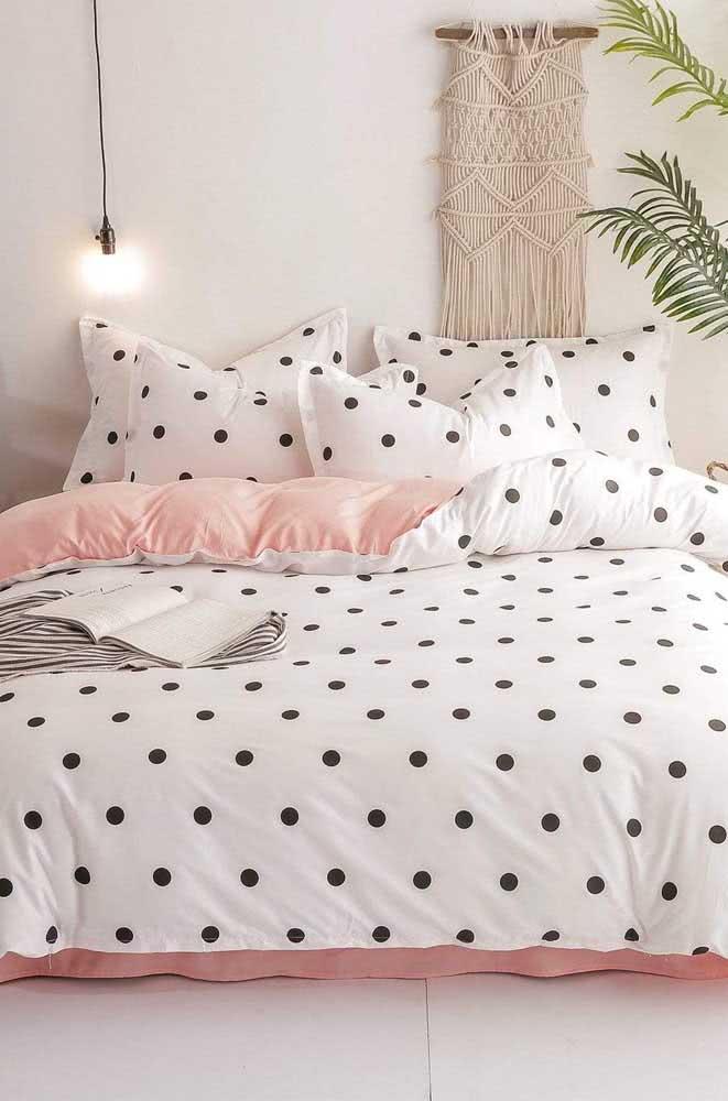 Uma fofura essa cama arrumada com estampa de poá