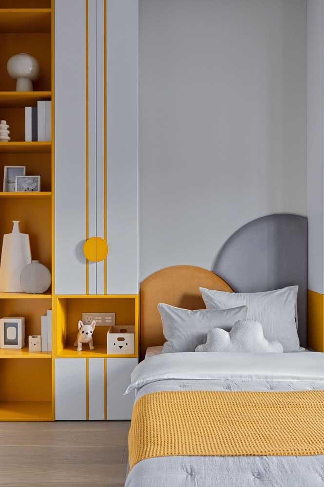A peseira amarela é o charme dessa cama infantil arrumada