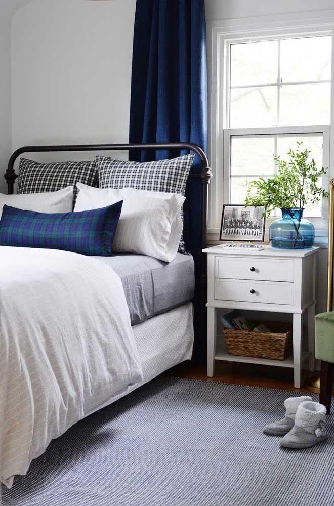 Branco, preto, cinza e azul. É assim que se faz uma cama moderna e clássica ao mesmo tempo