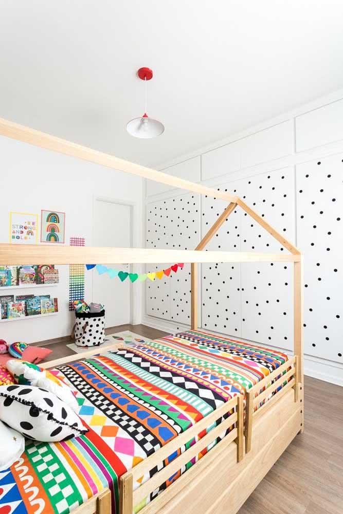 Cama Montessori arrumada com lençol estampado e colorido